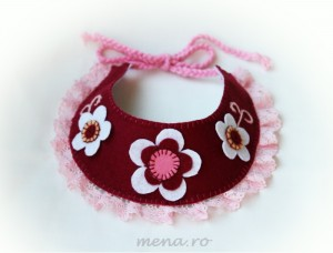 Colier handmade roz, cu dantela si flori din fetru
