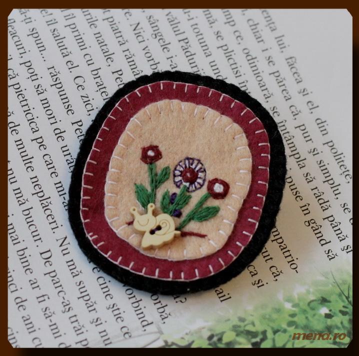Bijuterii handmade din fetru- brosa cu flori si nasture nelc (2)