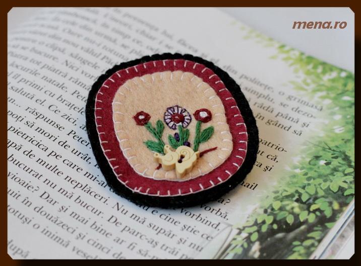 Bijuterii handmade din fetru- brosa cu flori si nasture nelc (3)