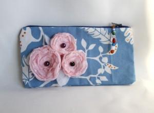 portofel handmade decorat cu flori din matase, cu buline si perle