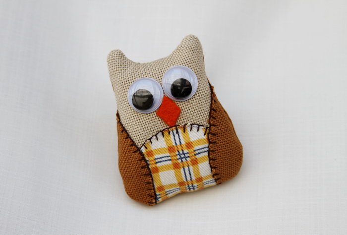 Brosa handmade bufnita textila