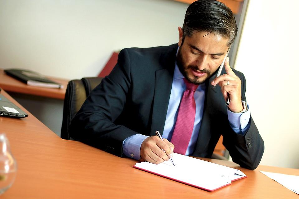 De ce ar trebui să apelezi la un avocat?