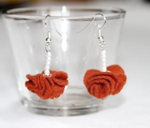 bijuterii handmade realizate din fetru si margele