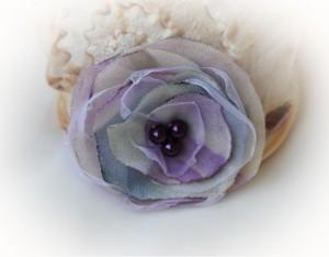 Brosa handmade realizata din voal mov, alb si albastru